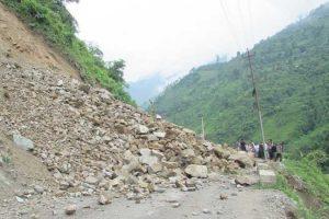 पहिरो खसेपछि नारायणगढ–मुग्लिन सडक बन्द, सुचारु हुन दिनभर नै लाग्ने