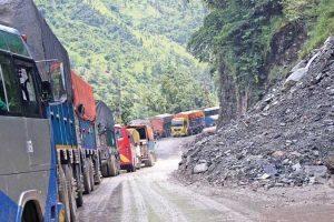 ३६ घण्टापछि एकतर्फी खुलेको नारायणगढ मुग्लिन सडक फेरि अवरुद्ध