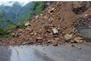 नारायणगढ-मुग्लिन सडक पहिरो खस्दा अवरुद्ध
